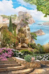 Лестница в цветах на фоне моря