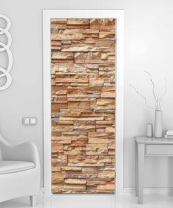 Стена из декоративного бежевого камня