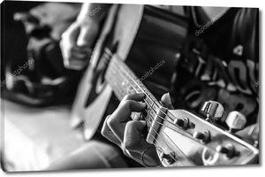 Женская рука на классической гитаре, черно-белый цвет