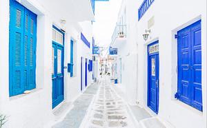 Переулок в белом городе