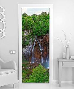 Зеленые леса вокруг водопад