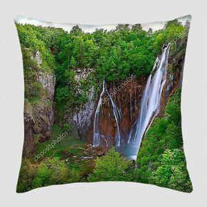 Зеленые леса вокруг водопада