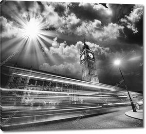 Лондон. красный автобус света тропы под знаменитый Биг Бен башня на закате.