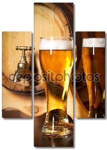 Бокал с пивом у бочки