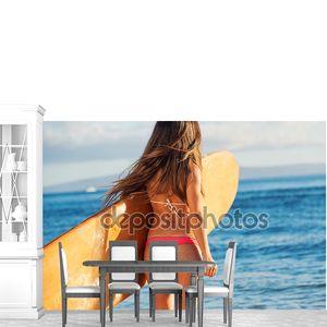 Красивая серфер девочка в сексуальное бикини
