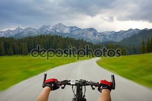 Человек с велосипедов Верховая езда горной дороге
