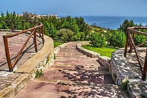 лестница на берегу моря в Сардинии