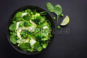 Свежий зеленый салат