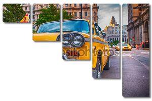 Винтаж старое такси в Нью-Йорке. Классические желтые такси в Истсайд