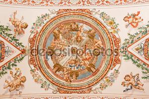 Севилья, Испания - 28 октября 2014: фреска ангелов со знаками отличия Папы Римского на потолке в церковной больнице de los venerables sacerdotes лояльным juan de valdes (1622 - 1690).