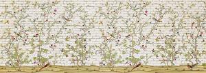 Птички на кустах у кирпичной стены