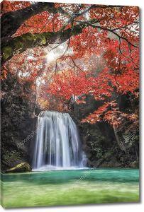 Водопад Эраван в красными деревьями