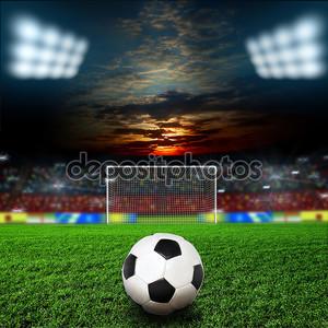 Футбольный мяч на зеленом поле