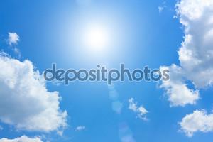 Голубое небо с кучевые облака и солнце