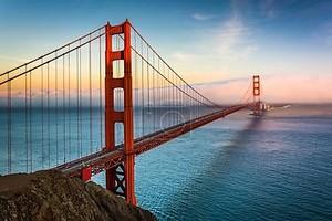 Закат вид на мост Золотые ворота и туман от батареи Spenc