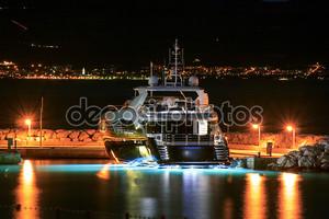 Роскошные яхты пришвартованы в Пирс ночью