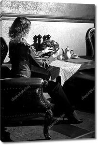 Молодая женщина в кафе