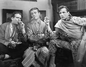 Трое мужчин курят сигары