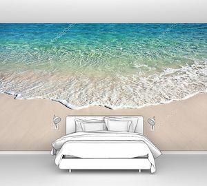 Волна накатывает на песчаный пляж