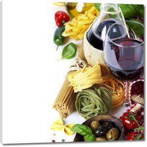 Бокал вина рядом с макаронами