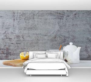 Керамический чайник с медом в стеклянной банке и лимоном