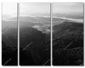 Восход солнца в красивых горах чешско Саксонской Швейцарии. песчаник вершины и холмы увеличилась с туманный фон. первые лучи солнца. черно-белые фото.