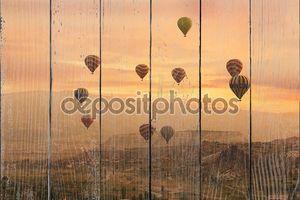 Разноцветные шары по скалам в Каппадокии