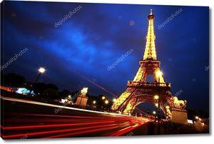 У  ночной Эйфелевой башни
