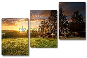 огражденное ранчо в восходе солнца
