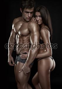 Сексуальная пара, красивая женщина, держащая мускулистый мужчина, изолированные на