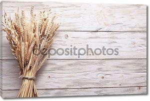 Колосья пшеницы на старый деревянный стол.