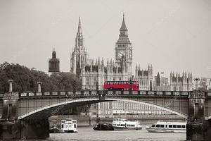 Ламбетский мост с красным автобусом в Лондоне