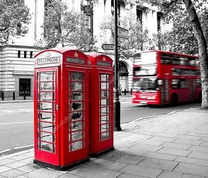 Красные телефонная будка и автобус