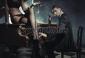 Сексуальная женщина с бокалом вина