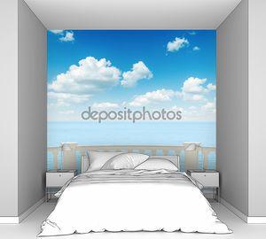 Вид на море с пасмурным небом