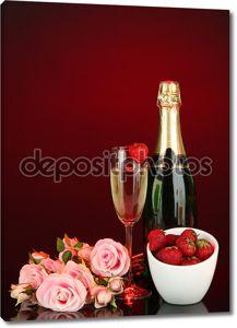 романтический Натюрморт с шампанского, клубники и розовых роз, на фоне темного цвета