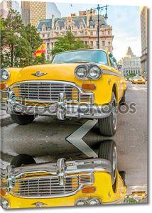 Винтаж желтое такси на улицах Нью-Йорка с водителем, ждет