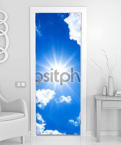 Синее небо с солнцем и облаками