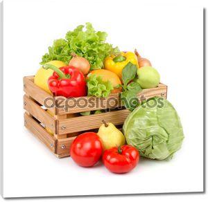 Свежие овощи и фрукты в деревянном ящике на белом фоне.