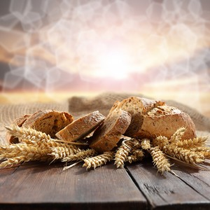 Порезанный хлеб рядом с колосьями