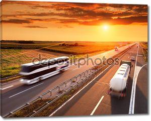 автобус и грузовик в motion blur на шоссе