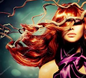 Женский портрет модели моды с длинными вьющимися рыжими волосами