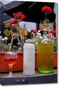 Натюрморт с белым вином на подоконнике
