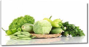Зеленые овощи в плетеной тарелке