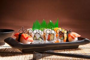 Традиционная японская кухня суши. Японский суши крупным планом на ОРБ