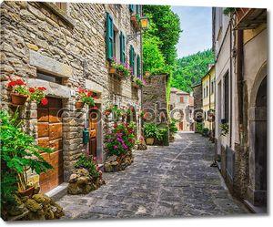 Итальянская улица в небольшом городе провинции Тосканы, Италия, Европа