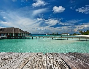 Красивый пляж с водными бунгало Maldives