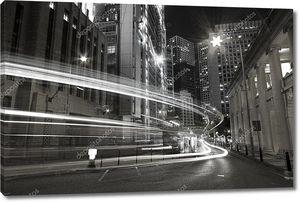 Движение в городе ночью в черно-белые тона