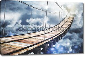 Длинные деревянной лестницей в небо с облаками
