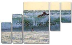 серфер на вершине ломать волны
